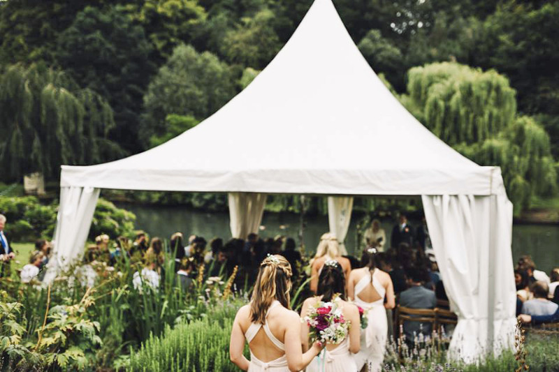 busbridge-lakes-wedding-reception-event-venue-gardens-in-surrey-ceremony-bridesmaids-credit-modern-vintage-weddings