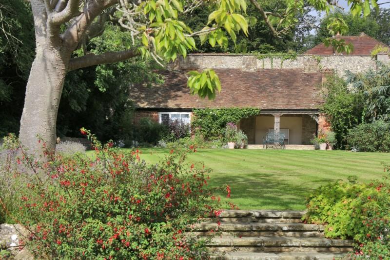 summerhouse-ceremony-castle-grounds