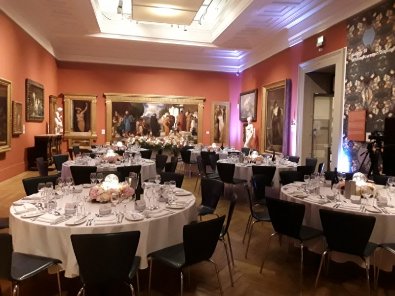 Gallery-10-dining-flowers-and-fairy-lights